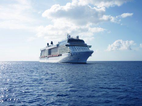 Krydstogtskib der sejler i strålende solskin