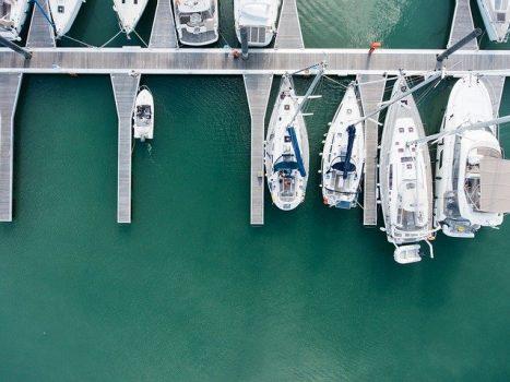 En lystbådhavn med flotte både