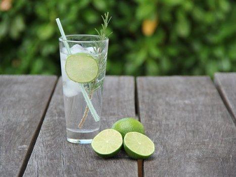 Et glas gin står på et bord